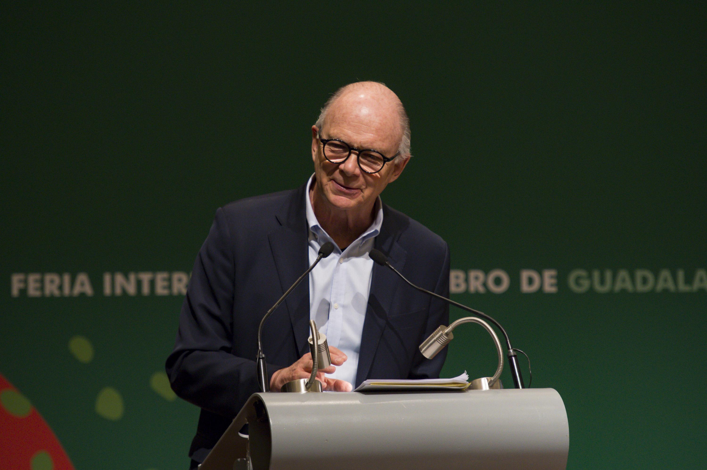 El historiador y ensayista Enrique Krauze, en podium del evento; dictando conferencia sobre el académico y ensayista José Luis Martínez, en la FIL.