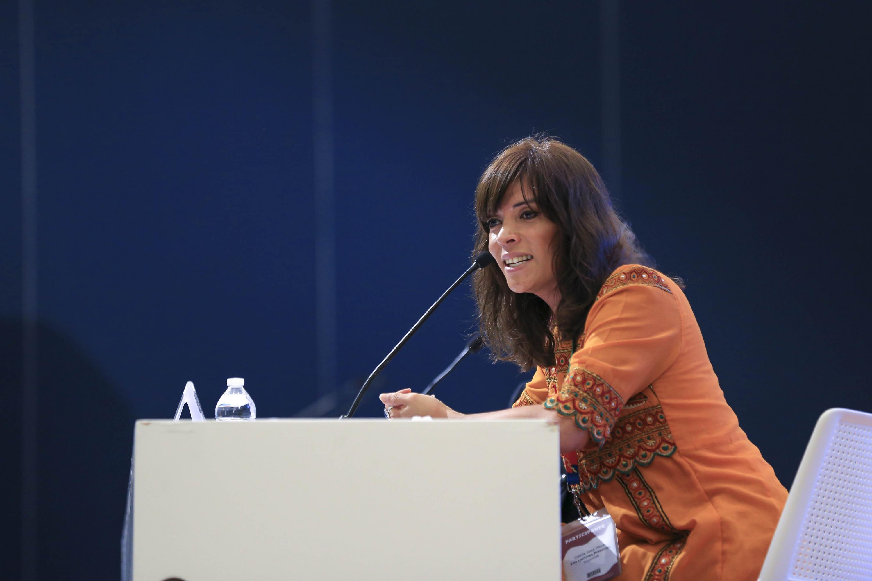 Camila Sosa durante la conferencia vista de lado