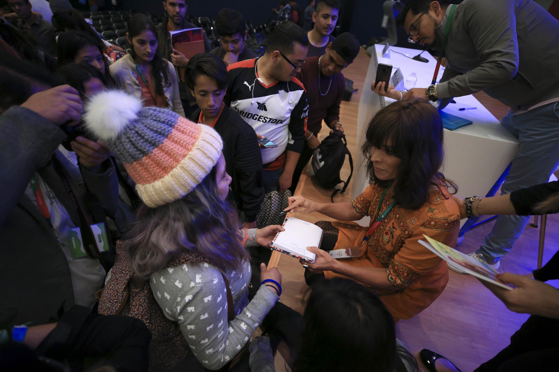 AL termino de la conferencia jovenes se acercaron a Camila Sosa para solicitar una autógrafo.