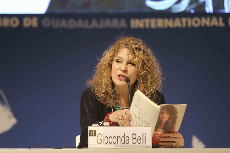 La poeta nicaragüense Gioconda Belli; compartiendo su obra y su pensamiento con estudiantes de bachillerato.