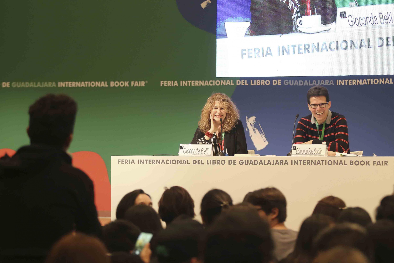 La poeta nicaragüense Gioconda Belli y el escritor boliviano Edmundo Paz Soldán, sonriendo a los jóvenes,durante evento