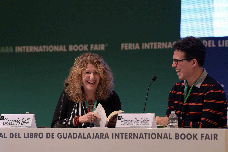 La poeta nicaragüense Gioconda Belli y el escritor boliviano Edmundo Paz Soldán, riendose, durante su encuentro con los jóvenes.