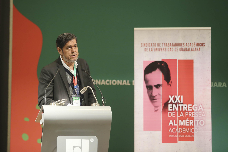 Licenciado Jesús Palafox Yáñez, Secretario General del Sindicato de Trabajadores Académicos de la UdeG (STAUdeG); en podium del evento haciendo uso de la palabra.