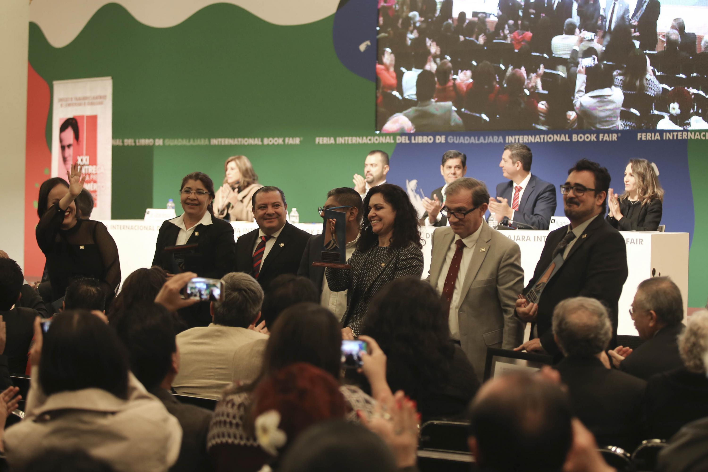 Académicos galardonados con la presea especial Demetrio Vallejo Martínez; mostrando sus premiaos y agradeciendo al público asistente durante ceremonia, dentro del marco de la FIL.