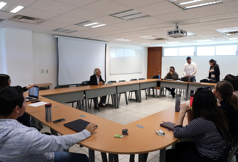 Guillermo Orozco Gómez hablando en un salon de clases