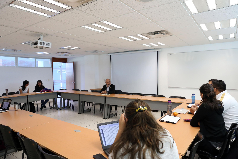 Guillermo Orozco dando una clase en el CUCSH