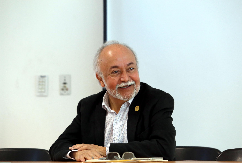 Guillermo Orozco sonriendo