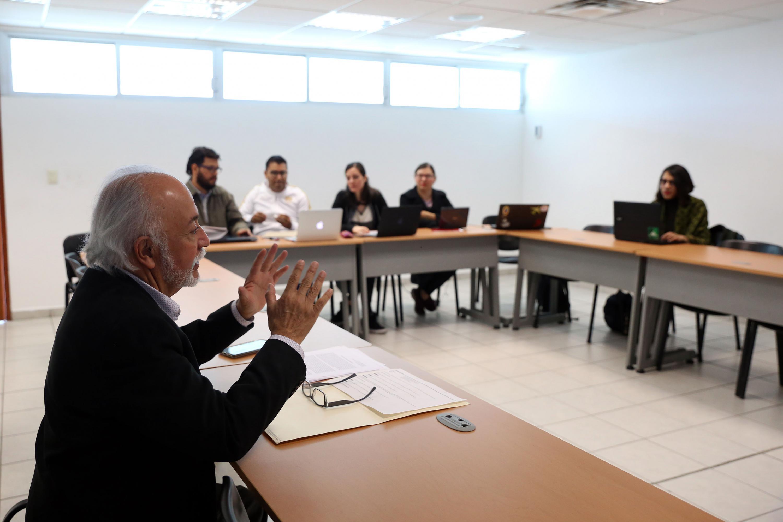 Guillermo Orozco  hablando ante un grupo de estudiantes