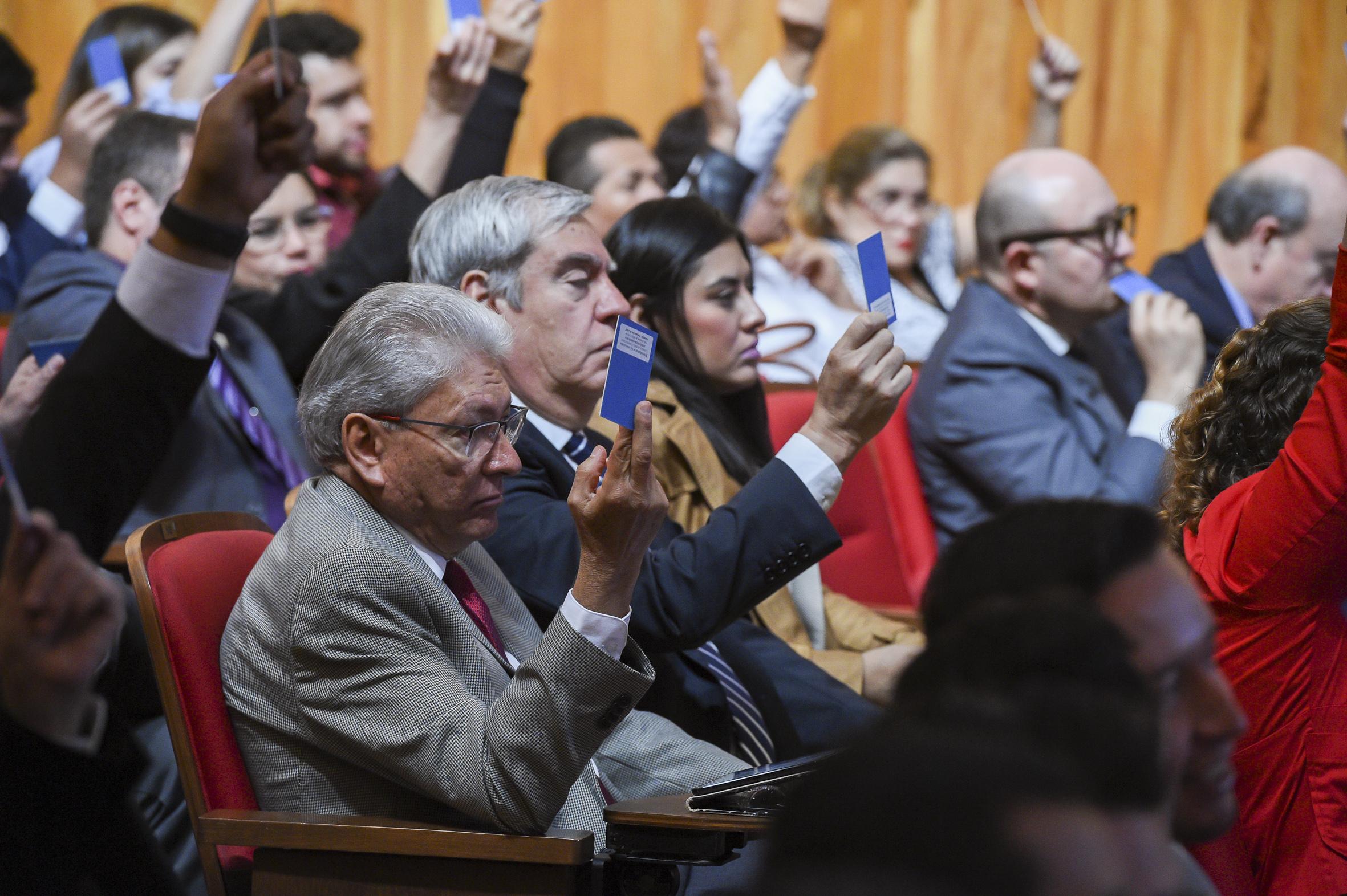 Miembros del CGU votando en sesión extraordinaria.