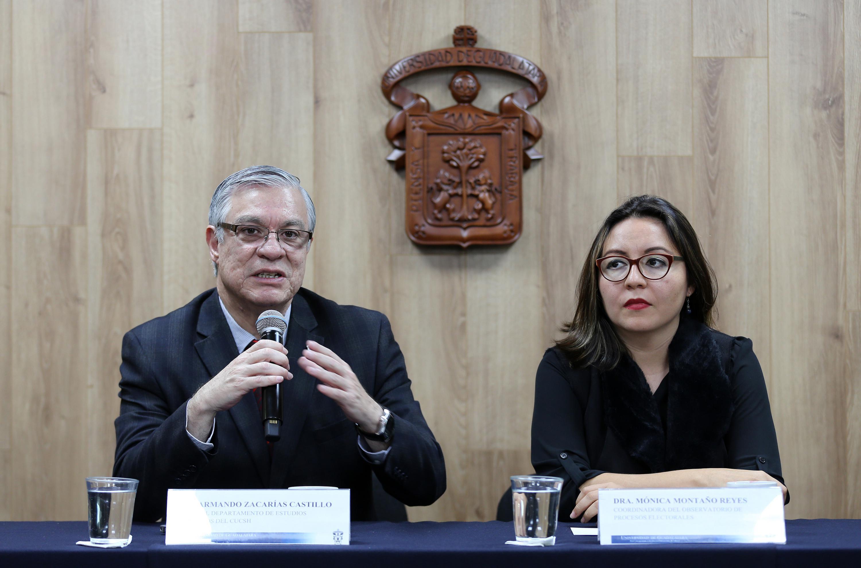 Jefe del Departamento de Estudios Políticos del CUCSH, doctor Armando Zacarías Castillo, haciendo uso de la palabra durante la rueda de prensa