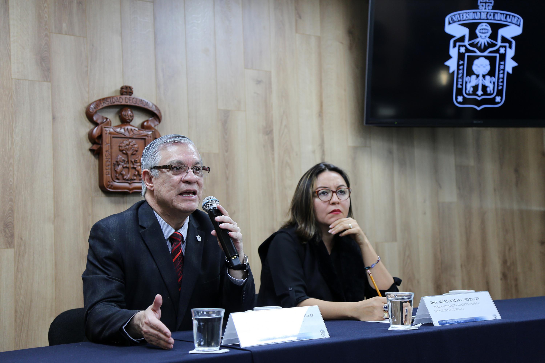 Jefe del Departamento de Estudios Políticos del CUCSH, doctor Armando Zacarías Castillo, hablando frente al micrófono durante la rueda de prensa