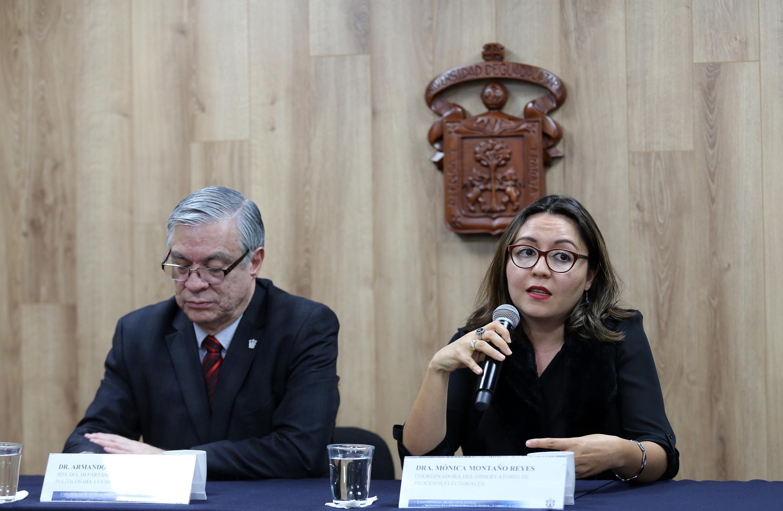 Coordinadora del Observatorio de Procesos Electorales, del Centro Universitario de Ciencias Sociales y Humanidades (CUCSH), doctora Mónica Montaño Reyes, participando en la rueda de prensa