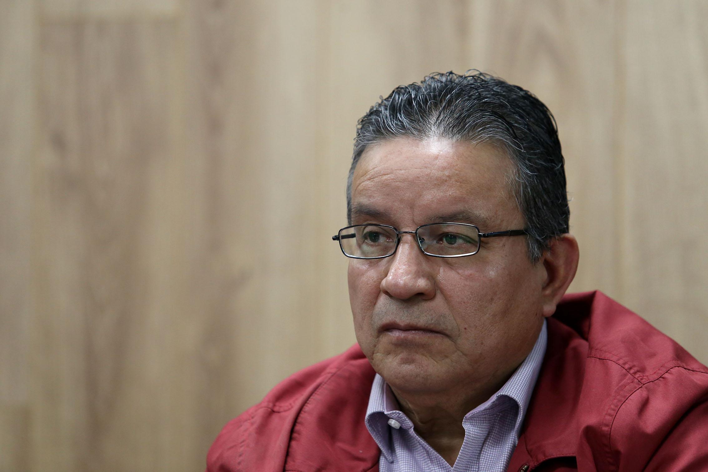 El doctor José de Jesús Gutiérrez observa en silencio