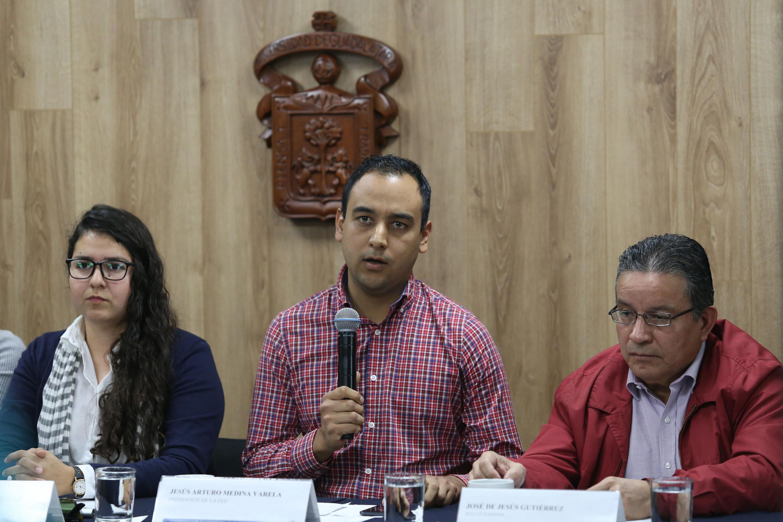 Jesús Medina Varela hablando al microfono durante la rueda de prensa