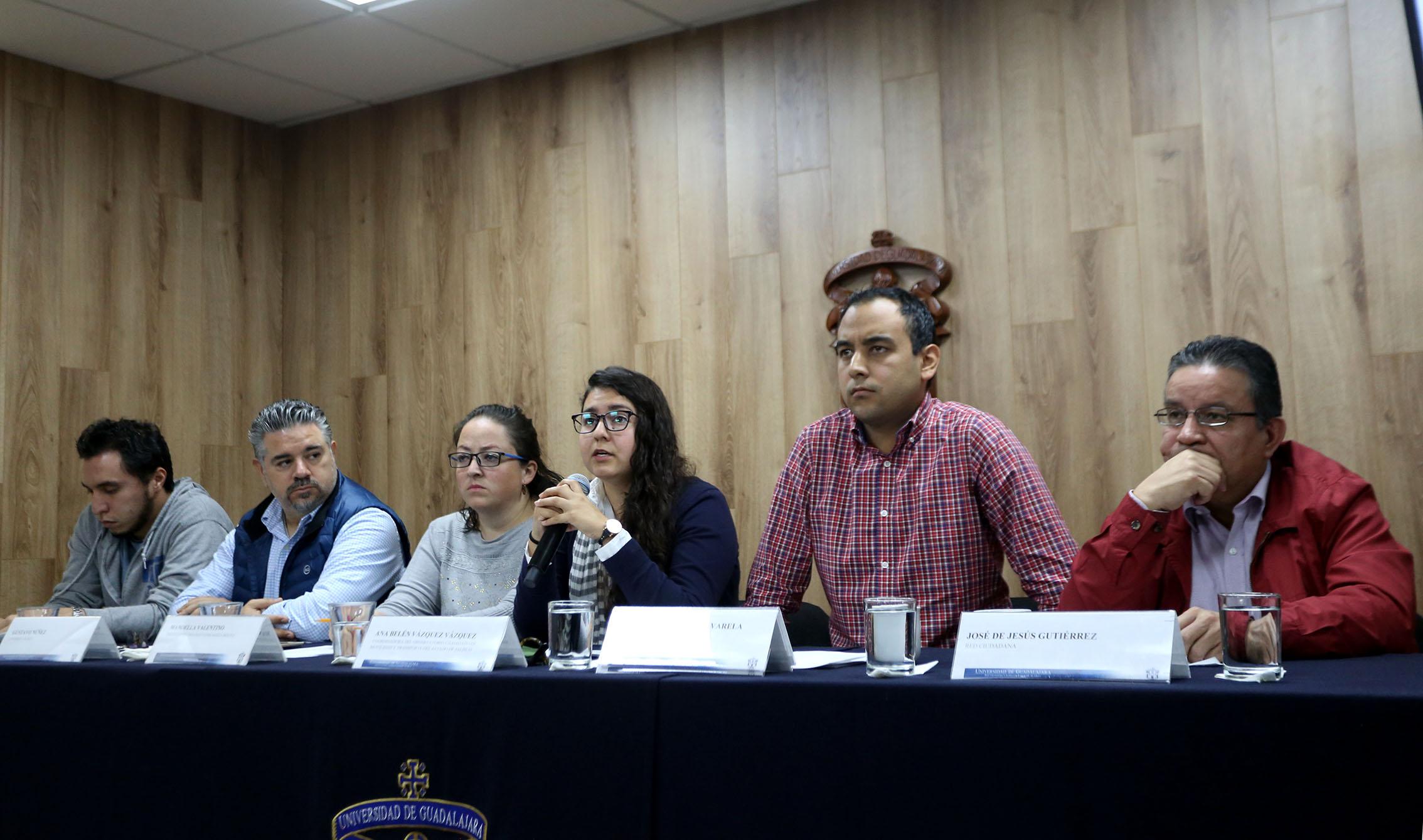 Ana Belén Vázquez Vázquez hablando con los reporteros mientras el resto de la mesa de presidium la escucha vista lateral