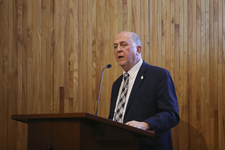 Rector General de la Universidad de Guadalajara (UdeG), doctor Miguel Ángel Navarro Navarro, hablando frente al micrófono
