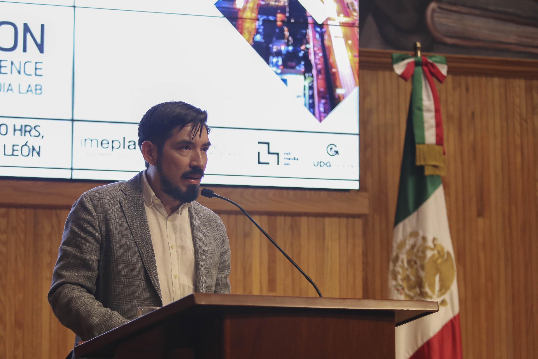 Ponente haciendo uso de la palabra durante la conferencia Beyond smart cities
