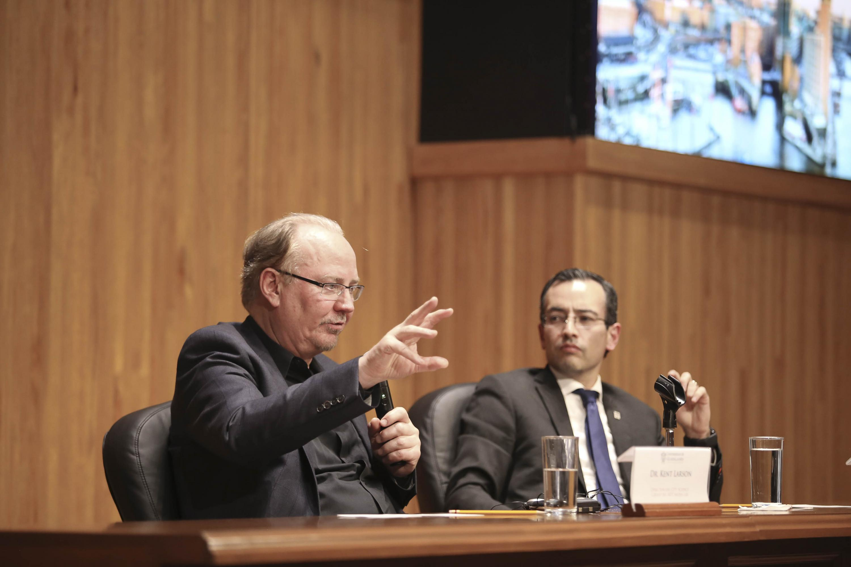 Doctor Kent Larson, Director del City Science Initiative y Changing Places Group, del Instituto de Tecnología de Massachusetts, hablando frente al micrófono durante la conferencia Beyond smart cities
