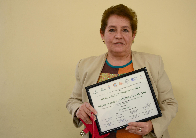 Eva Luz Orozco Flores, responsable del Área del Programa de Formación y Capacitación Docente, de la coordinación de Docencia de UDGVirtual, mostrando su reconocimiento
