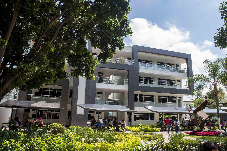 Patio interior del Centro Universitario de Ciencias Económico Administrativas