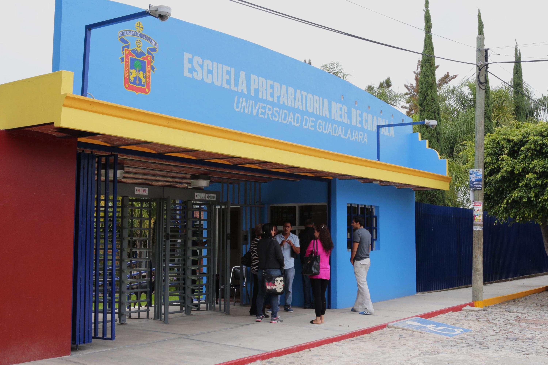 Alumnos y maestros de la preparatoria de Chapala, en la entrada principal de las instalaciones.
