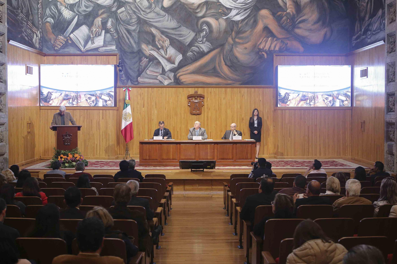 Integrantes del Consejo General Universitario de la Universidad de Guadalajara escuchando la exposición del plan de trabajo de Elia Marum Espinoza y Raquel Partida Rocha