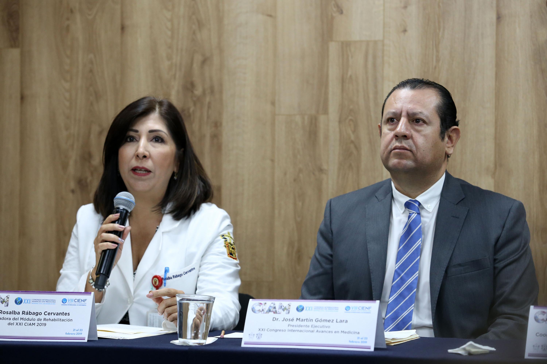 Coordinadora del Módulo de Medicina de Rehabilitación, doctora Rosalba Rábago Cervantes, hablando frente al microfono