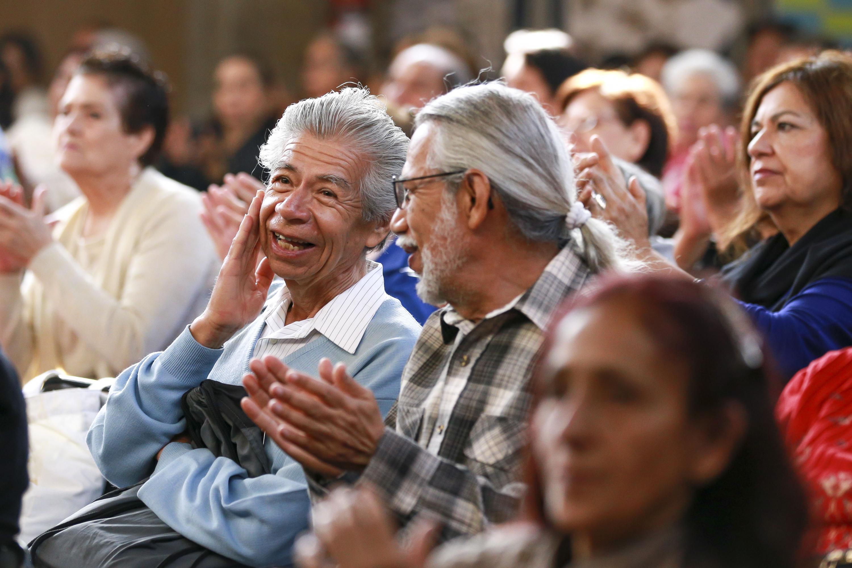 Una pareja de adultos platicando entre si durante la ceremonia