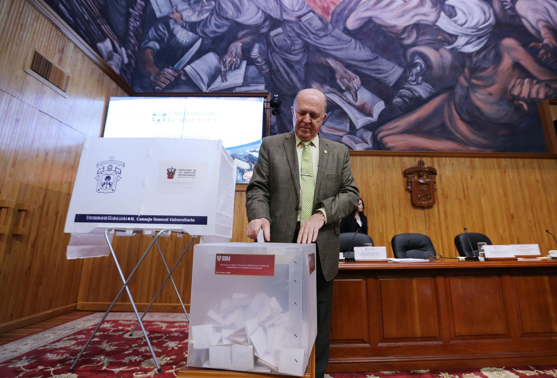 Rector General, doctor Miguel Ángel Navarro Navarro, emitiendo su voto