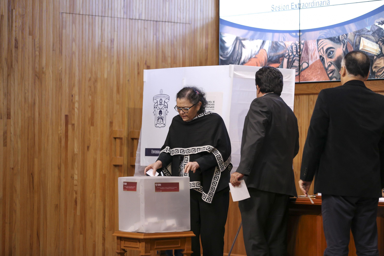 Rectora del CUCEI doctora Ruth Padilla Muñoz emitiendo su voto