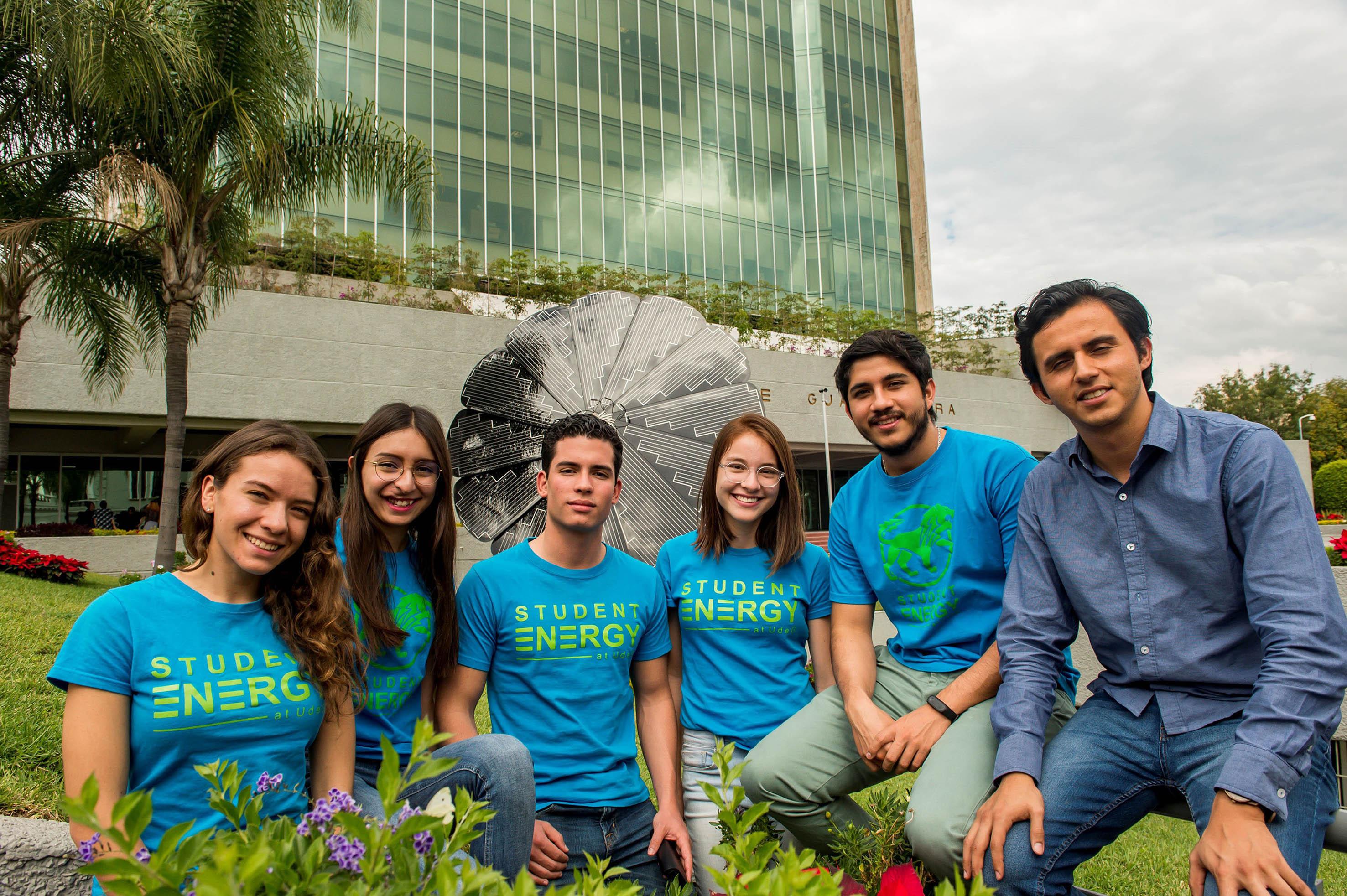 Participantes del capítulo del Centro Universitario de Tonalá, del Student Energy at UdeG; en las afueras de los jardines del edificio de Rectoría General.