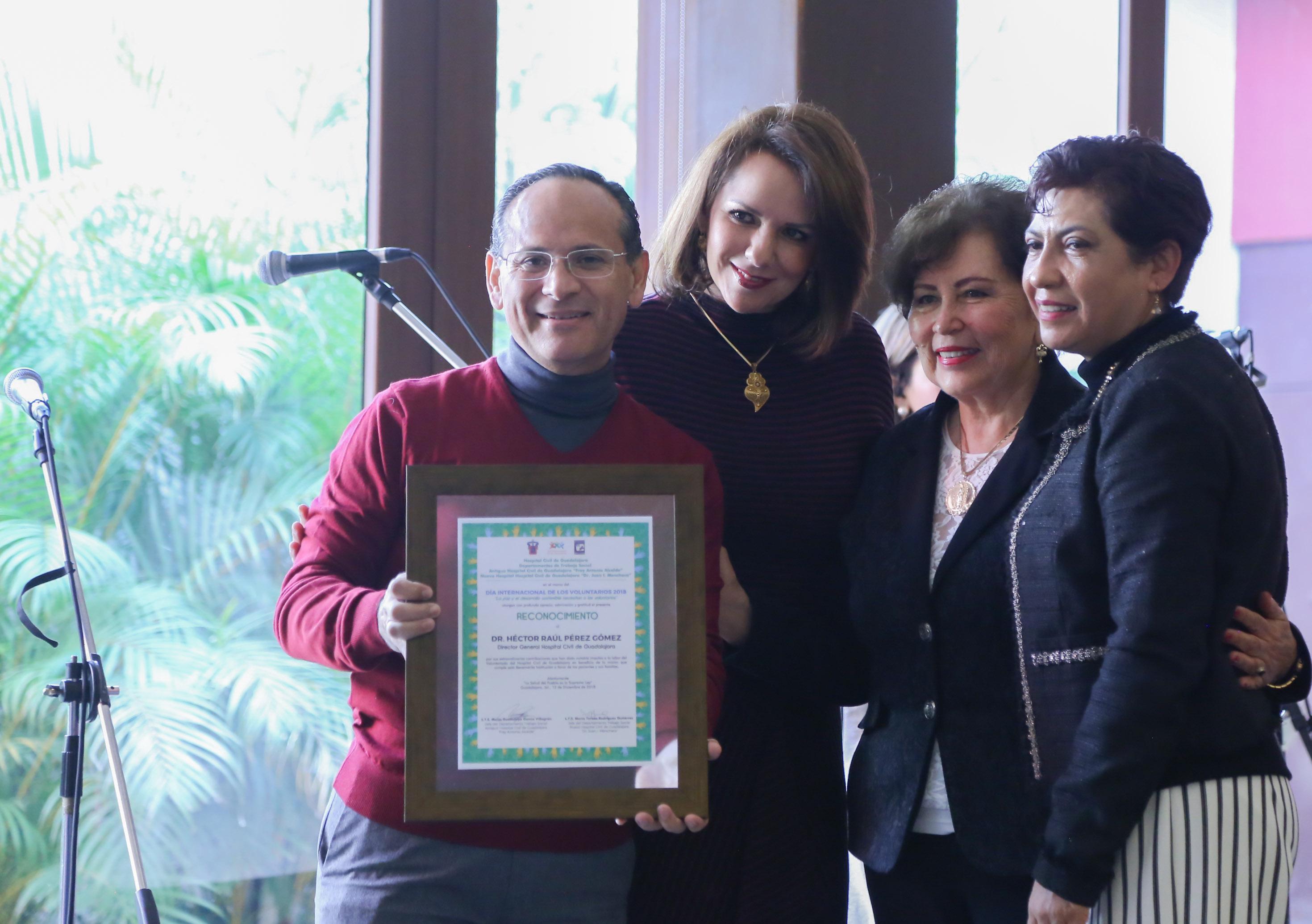 El doctor Héctor Raúl Pérez Gómez muestra un reconocimiento enmarcado por su trabajo de voluntariado