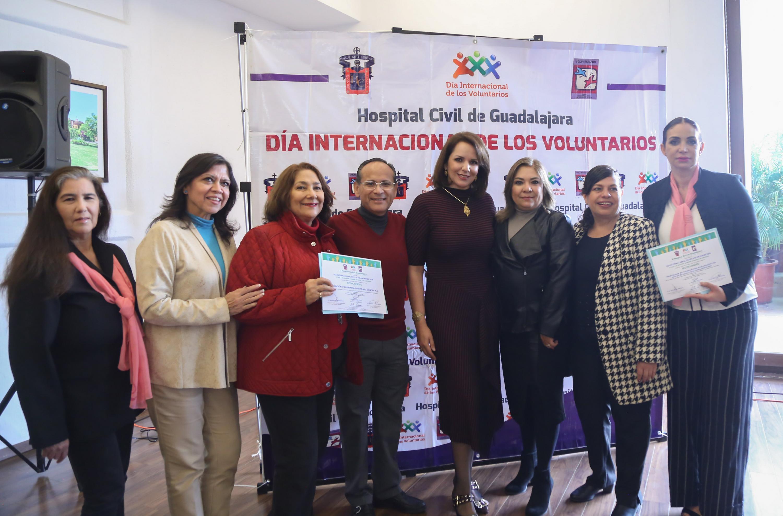 El doctor Héctor Raúl Pérez Gómez con integrantes de la Asociación Voluntarias contra el cancer AC