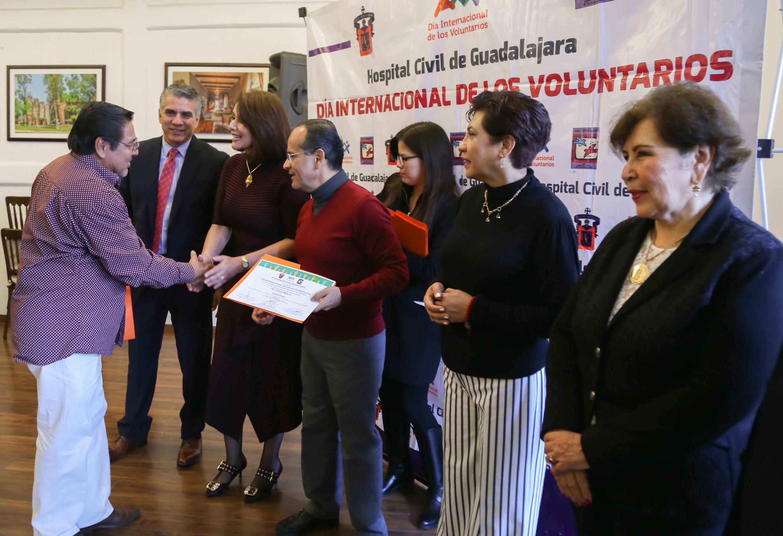 El doctor Héctor Raúl Pérez Gómez hace entrega del reconocimiento a un voluntario de la asociacion GRATITUD