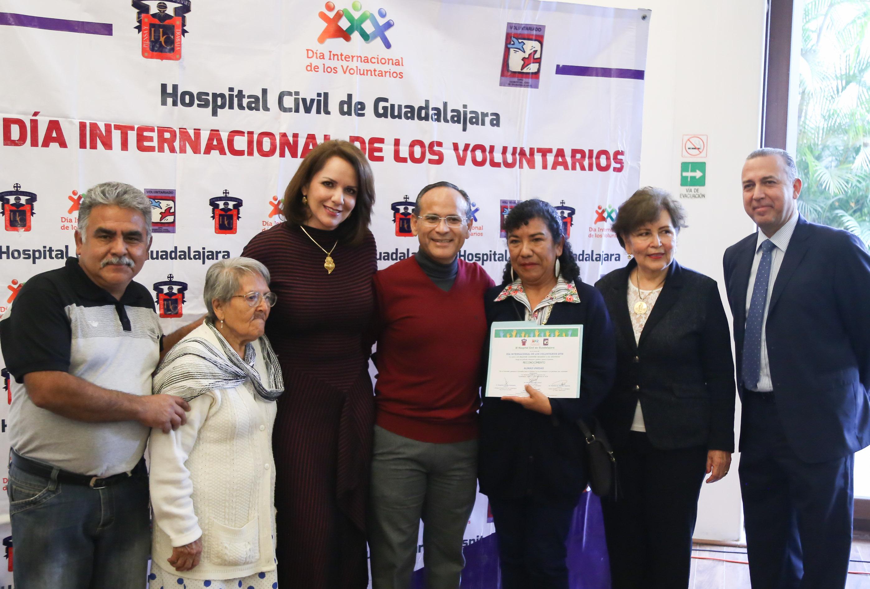 hace entrega del reconocimiento a un voluntario de la asociación ALMAS UNIDAS