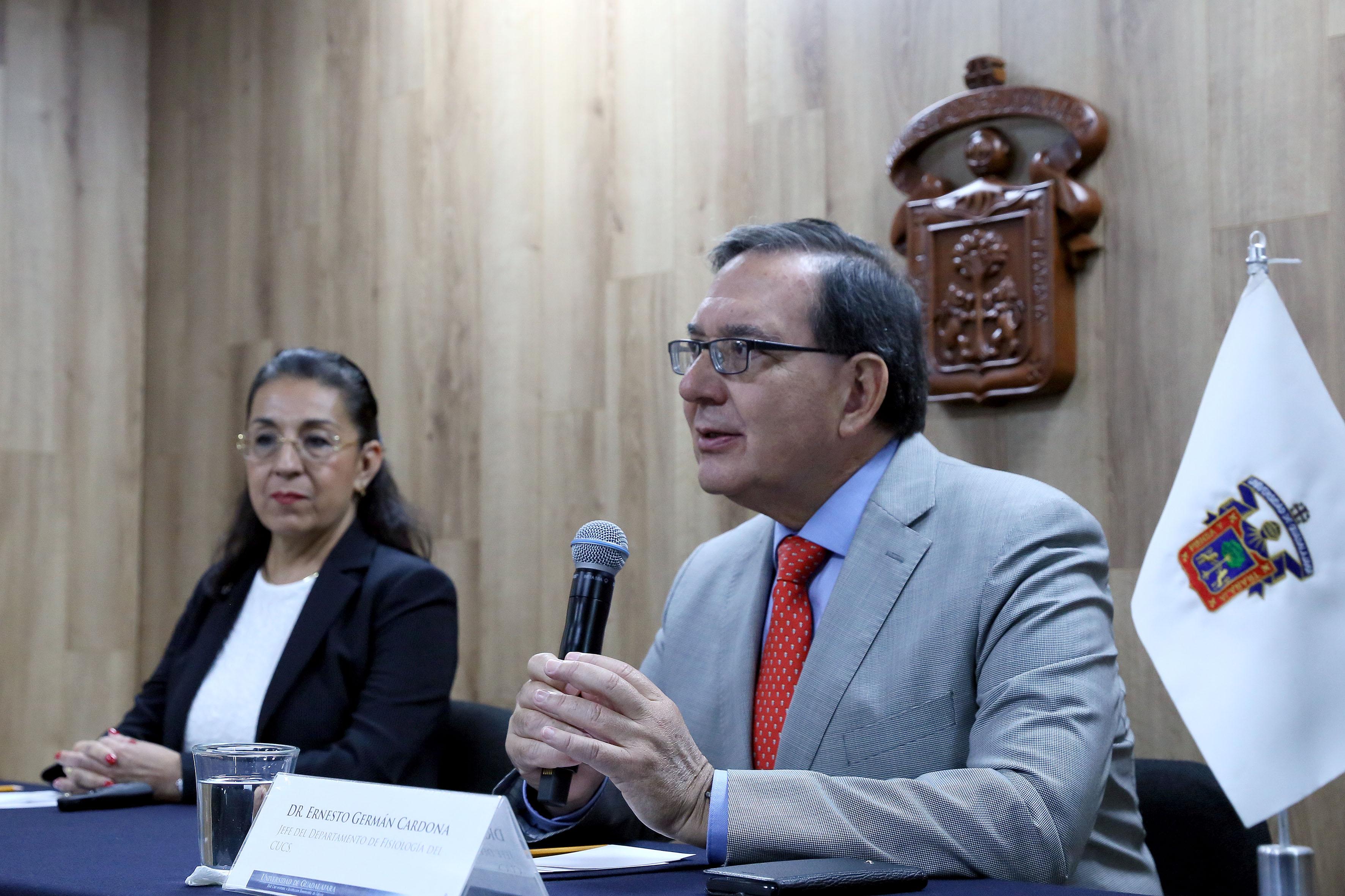 Jefe del Departamento de Fisiología del CUCS, doctor Ernesto Germán Cardona participando en rueda de prensa