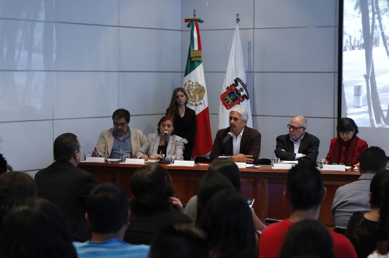 Doctor José Alberto Becerra Santiago, Secretario Académico del Centro Universitario de Ciencias Económico Administrativas (CUCEA), haciendo uso de la voz.