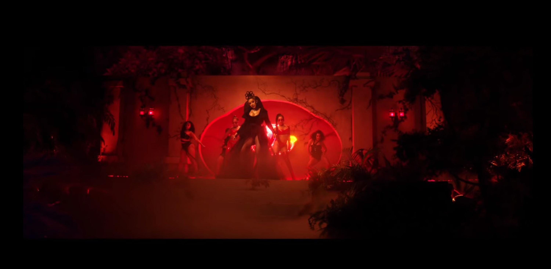 Una cantante de reggaeton en un video musical vistiendo ropa provocativa
