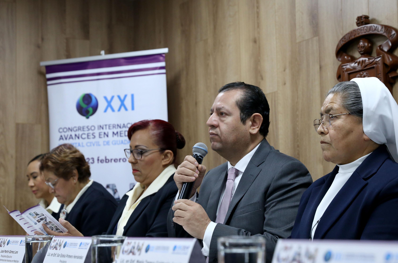 Presidente Ejecutivo de este congreso, doctor Martín Gómez Lara, haciendo uso de la palabra durante la rueda de prensa