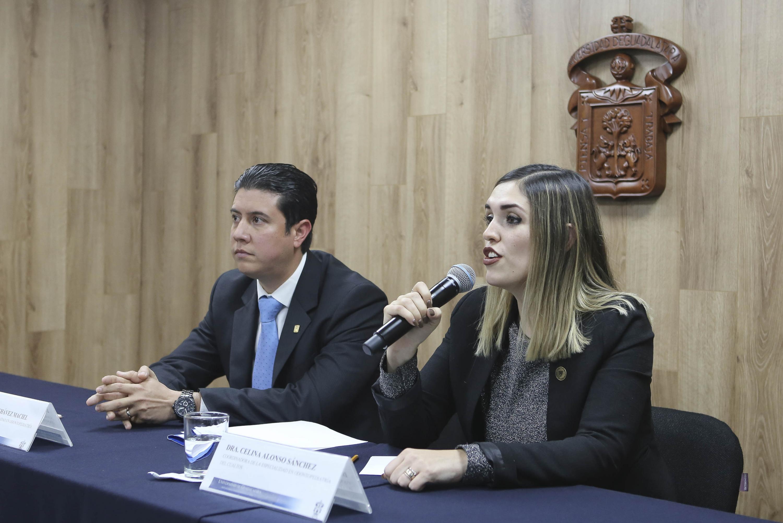Coordinadora de la Especialidad en Odontopediatría, del Centro Universitario de los Altos (CUAltos), con sede en Tepatitlán de Morelos, doctora Celina Alonso Sánchez, haciendo uso de la palabra durante la conferencia de prensa para anunciar las Jornadas de Odontopediatría que se realizarán el 25 de enero