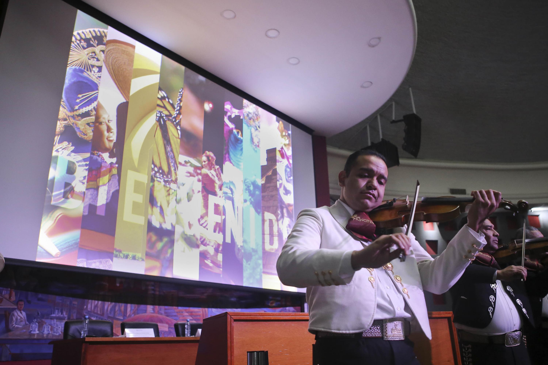 Mariachi tocando en la bienvenida a los estudiantes de intercambio