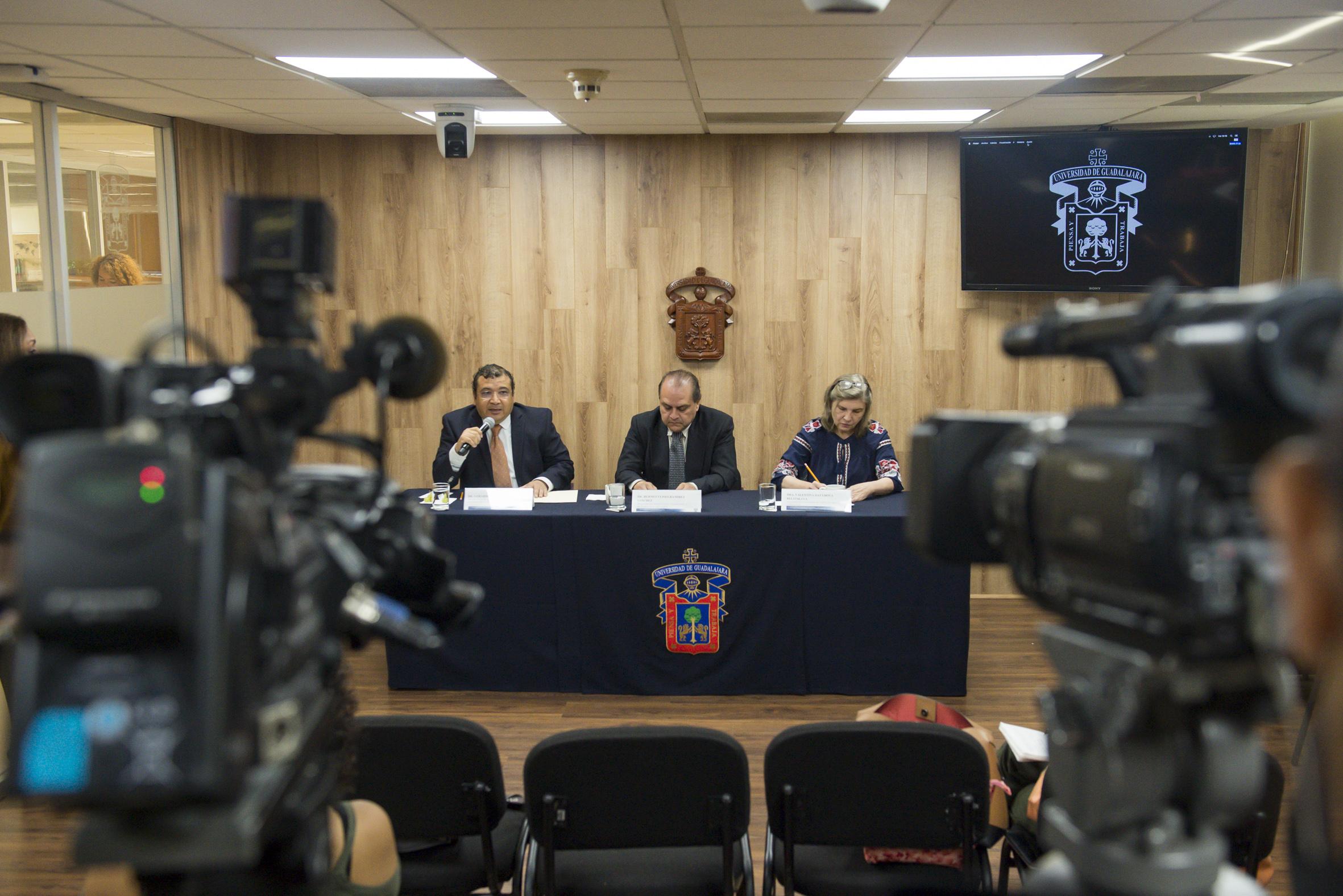 Tres investigadores de la Universidad de Guadalajara fueron entrevistados en la sala de prensa de la UDG