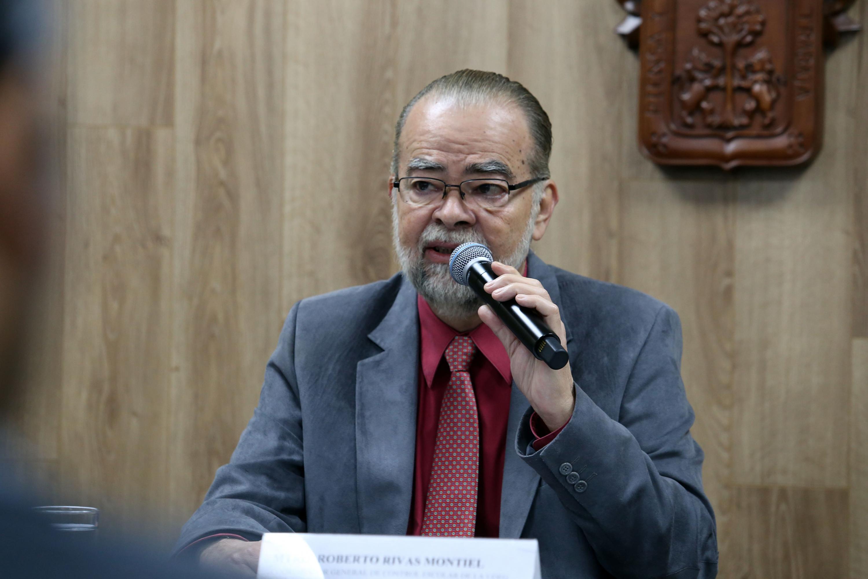 El maestro Roberto Rivas Montiel hablando al microfono