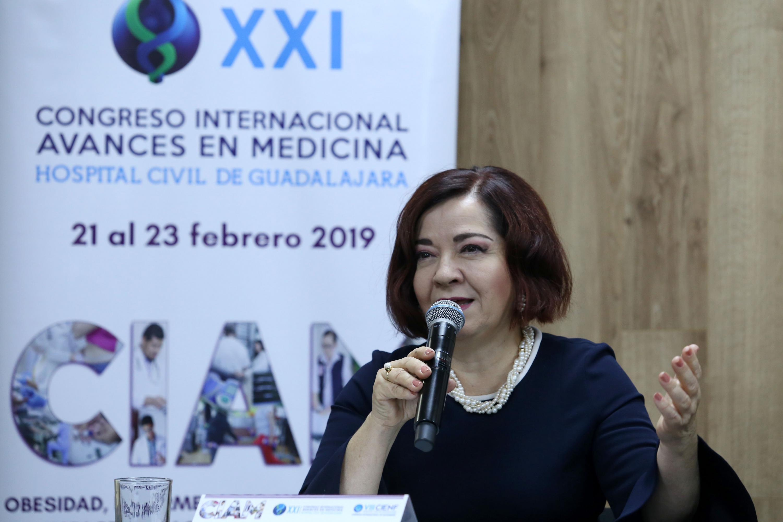 Coordinadora del módulo, doctora Ana María Contreras Navarro, hablando frente a micrófono durante la rueda de prensa