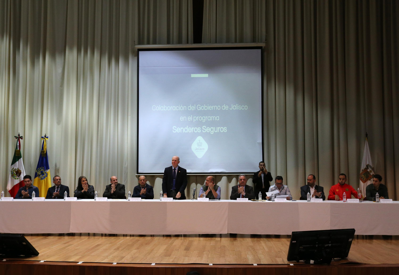 Vista general con la mesa de presidium con la presencia del gobernador, alcaldes y autoridades universitarias