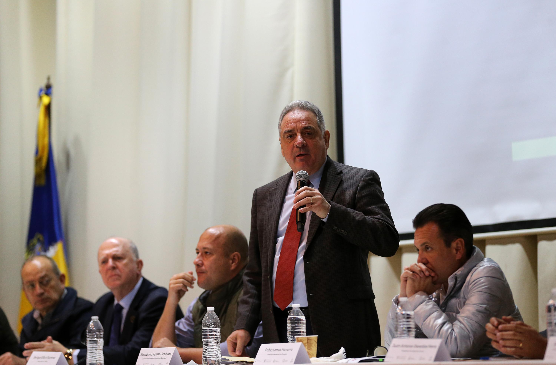 doctor Macedonio Tamez Guajardo hablando al microfono con el publico presente