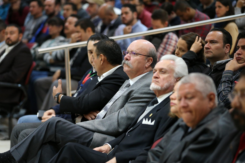 Autoridades de la Universidad de Guadalajara sentados en las primeras filas del auditorio de la preparatoria 5
