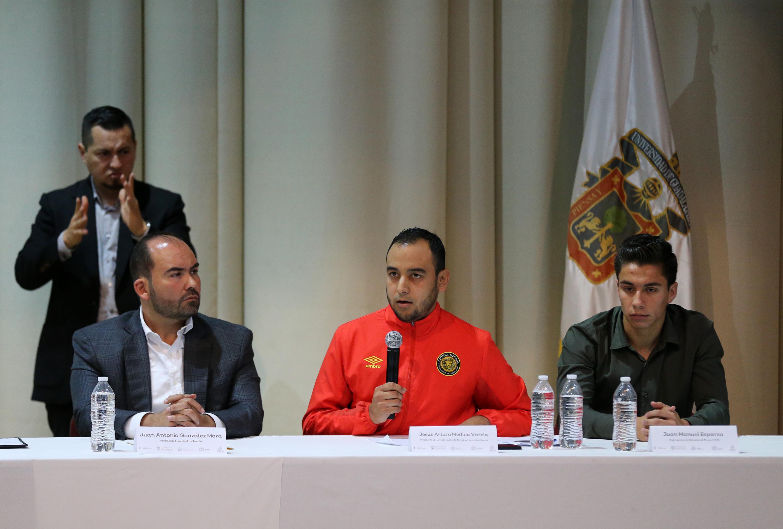Jesús Arturo Medina Varela hablando desde la mesa de presidium en el evento