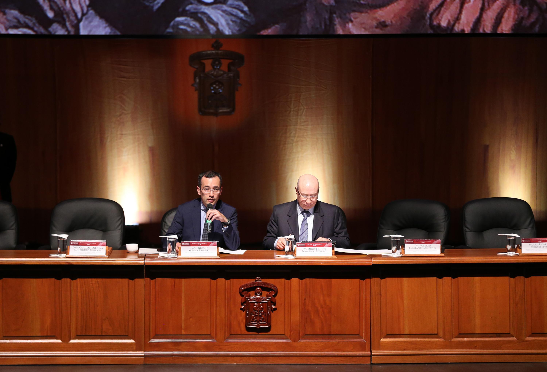 El vicerrector ejecutivo y el secretario general durante la sesion solemne del Consejo General Universitario