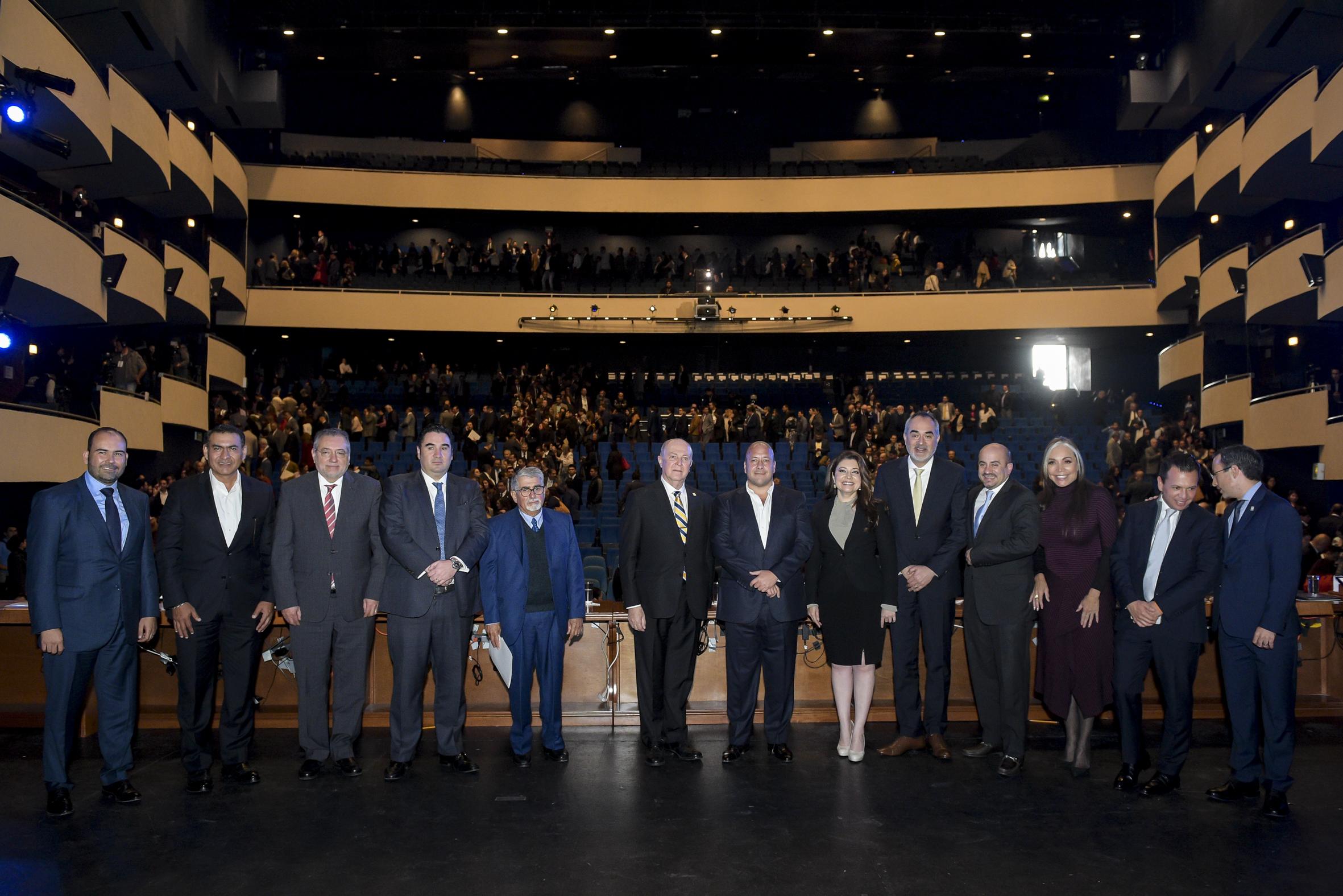 Fotografia final de los miembros del presidium con el publico del teatro diana de fondo